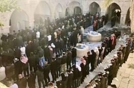 """مئات الفلسطينيين يؤدون العصر في مقام """"النبي موسى"""" رغم معيقات الاحتلال"""