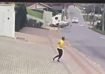 فيديو.. شاهد سقوط طائرة في شارع مليء بالسيارات