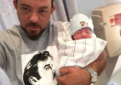 شاهد: فلسطيني مقيم بأمريكا يطلق على مولوده اسم تميم تضامنا مع قطر