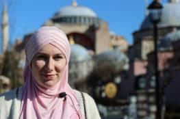 اعتنقت الإسلام..فيديو لفنانة بريطانية تنهار عند سماعها الأذان