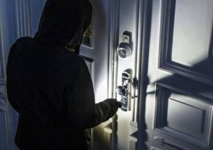 سرقت مبلغًا من المال من داخل منزل زميلتها في العمل
