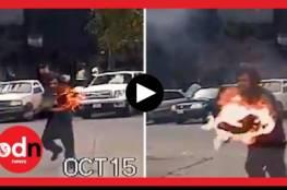 رجل يهاجم شرطيا أمريكيا بلوح خشب مشتعل... فيديو