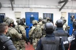 """قوات القمع في سجون الاحتلال تقتحم قسم (1) في """"جلبوع"""" وتعتدي على الأسرى"""