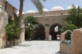 مستوطنون يدنسون مسجد مقام النبي موسى