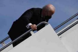 البيت الأبيض يوضح سبب سقوط بايدن المتكرر.. ويكشف وضع الرئيس