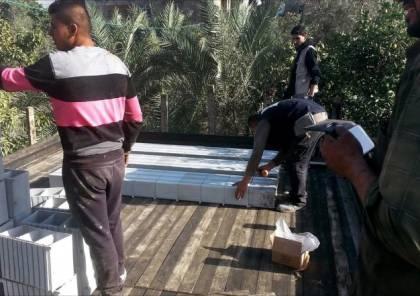 """فيديو : اختراع جديد تحت الحصار ..طوب بلاستيكي قد يُحدث """"ثورة بناء"""" بغزة"""
