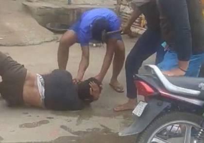 شاهد الفيديو : هندي مسلم يتعرض للضرب بمطرقة لنقله لحوم أبقار