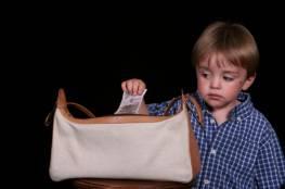 13 سبباً تدفع طفلك للسرقة وتجعله لصاً
