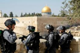 الاحتلال يسلم ثلاثة فلسطينيين قرارات إبعاد عن المسجد الأقصى