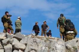 مستوطنون يمنعون المزارعين من قطف الزيتون في بورين جنوب نابلس