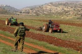مستوطنون يحرثون أراضي جنوب نابلس تمهيدًا للاستيلاء عليها