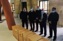 محافظ الخليل يزود مستشفى دورا بأجهزة توليد أكسجين