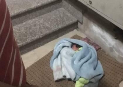 الخليل: العثور على طفلة حديثة الولادة امام بناية سكنية