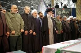 شاهد ..خامنئي يبكي أثناء جنازة سليماني في طهران ويدعو له بالعربية