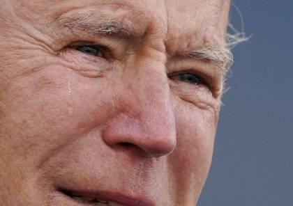 بالدموع.. بايدن يودع ولايته قبل انتقاله إلى واشنطن (فيديو)