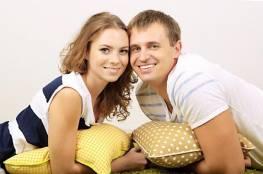 تبادل الاخبار السارة يساعد الأزواج علي النوم بهدوء