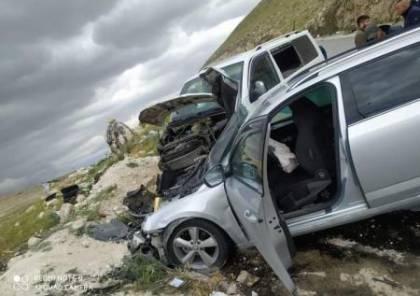 7 اصابات في حادث سير بين مركبتين بطريق وادي النار