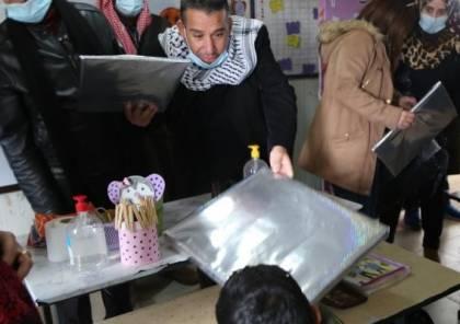 """""""التربية والتعليم"""" توزع أجهزة حواسيب محمولة في مدرسة بادية رام الله"""