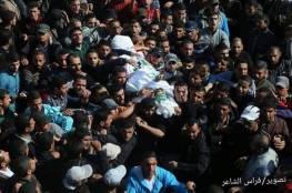 صو: عشرات الالاف يشيعون جثامين 7 شهداء من مدينة خانيونس