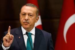 تسريب صورة لأردوغان خلال شبابه يحمل نعش أحد مشاهير تركيا