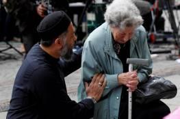 صور.. رجل مسلم يواسي عجوزا يهودية بعد هجوم مانشستر