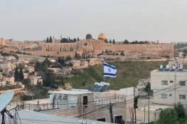 مستوطنون يضعون بالقوة سلالم حديدية داخل أرض عائلة أبو صبيح