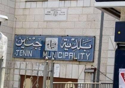 بلدية جنين تصادر مواد غذائية فاسدة وتُتلفها