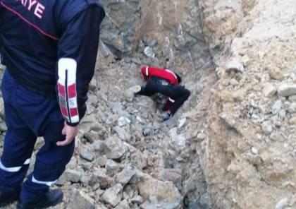 انهيار اتربة على مواطن شرق الخليل ومحاولات لانقاذه