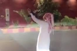 فيديو.. سعودي يثير الذعر بين السكان بإطلاق نار من سلاح رشاش والشرطة تتدخل