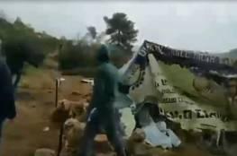 أهالي رأس كركر يهدمون خيمة استيطانية مقامة على أراضي جبل القوقرة