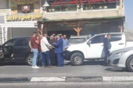 الاحتلال يجبر محافظ نابلس بالقوة على قطع زيارته لحوارة..