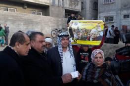 عباس يوزع مساعدات مالية على الأسر المتضررة جراء المنخفض الجوي شمال غزة