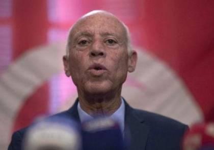 الرئيس التونسي يعفي رئيس الوزراء من منصبه ويجمد سلطات البرلمان (فيديو)
