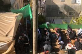 عشرات المقدسيين يؤدون الجمعة في خيمة الاعتصام بسلوان رفضا لسياسة الهدم والتهجير