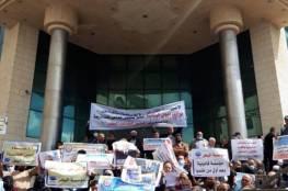غزة: موظفون عموميون يحتجون للمطالبة بإلغاء التقاعد المالي عنهم...صور