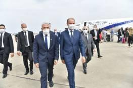 صور: لبيد يحط رحاله في الرباط ويلتقي مسؤولين مغربيين