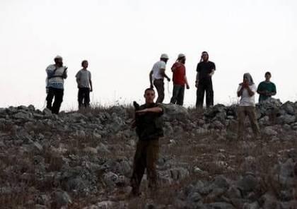 بالفيديو... مستوطنون يهاجمون مدرسة ويحرقون حقلا