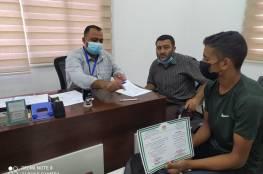 """غزة: """"العمل"""" توقع عقود تشغيل لأوائل خريجي كليات التدريب المهني"""