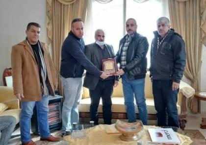 وفد من المخابرات وحركة فتح يكرم أسر شهداء الجهاز في جنين
