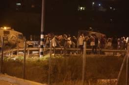 مستوطنون يقطعون طرقات ويعتدون على مركبات فلسطينية بالضفة الغربية المحتلة