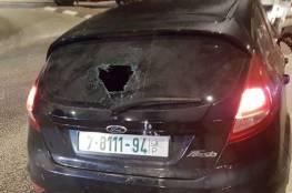 مستوطنون يحطمون 40 مركبة ويهاجمون المنازل ويغلقون طرقا رئيسية في نابلس