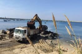 وزارة الأشغال تواصل أعمال تعميق حوض ميناء غزة وإزالة الأتربة منه