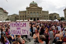 نساء سويسرا يضربن عن العمل للحصول على مزيد من المال والوقت والاحترام
