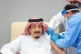 بالفيديو.. الملك سلمان يتناول الجرعة الأولى من لقاح مضاد لفيروس كورونا