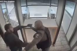 سمح بالنشر ..فيديو ينشر لأول مرة لتنفيذ عملية طعن ضد جندي اسرائيلي
