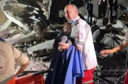 مشهد مؤثر ..إنقاذ طفل من تحت أنقاض منزل قصفته طائرات الاحتلال بغزة (فيديو)