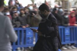 شاهد.. جماهير برشلونة تهاجم القطري ناصر الخليفي لحظة وصوله للمدينة