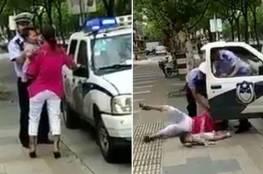فيديو: ضابط يضرب امرأة بوحشية ويوقعها أرضاً مع طفلتها!