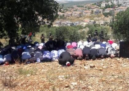 أهالي سلفيت يؤدون صلاة الجمعة فوق الأراضي المهددة بالاستيلاء
