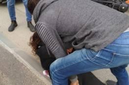 فيديو : الاحتلال يعتقل فتاة بحجة محاولة طعن بالقدس المحتلة